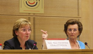 Mmes Anne-Marie Escoffier et Muguette Dini au cours de la présentation de leur rapport à la presse