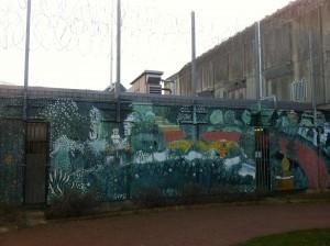 Mur d'une des cours de promenade de la maison centrale de Saint Maur
