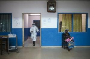 4660329 6 f107 les etablissements de soins guineens ont 59238f10502e9a6a9f80c24fc79aa0b7 300x197 Guinée : les liens entre le paludisme et Ebola